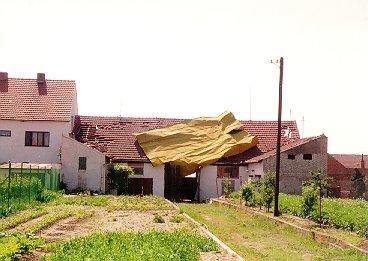 Plechová střecha přenesená ze sousedního domu ze vzdálenosti kolem 20 m. Lokalita je asi 100 m jihovýchodně od kostela. Foto autor.