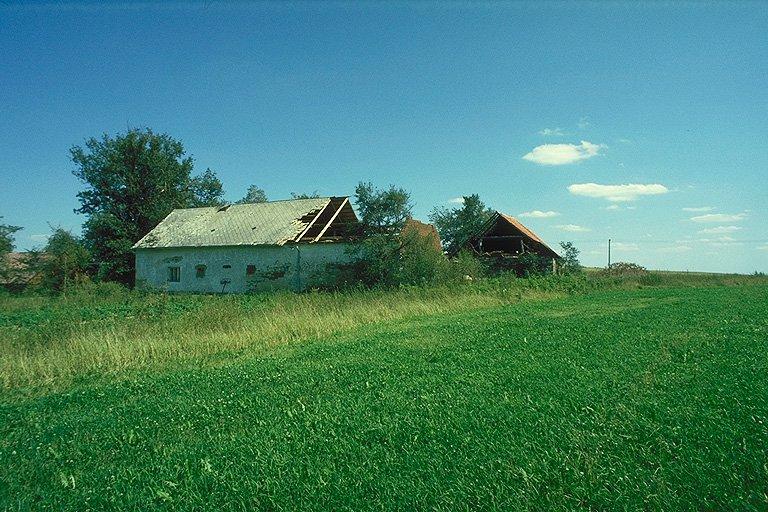 Dům se zničenou střechou (269 kb)