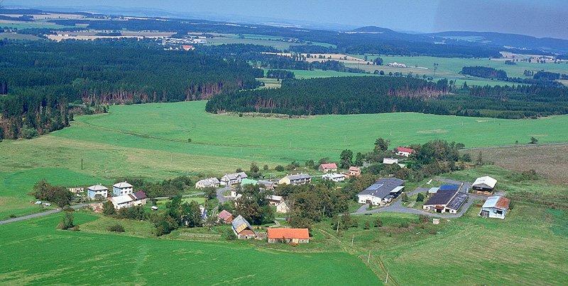 Letecký pohled na Pěkovice a okolní lesy (240 kB)