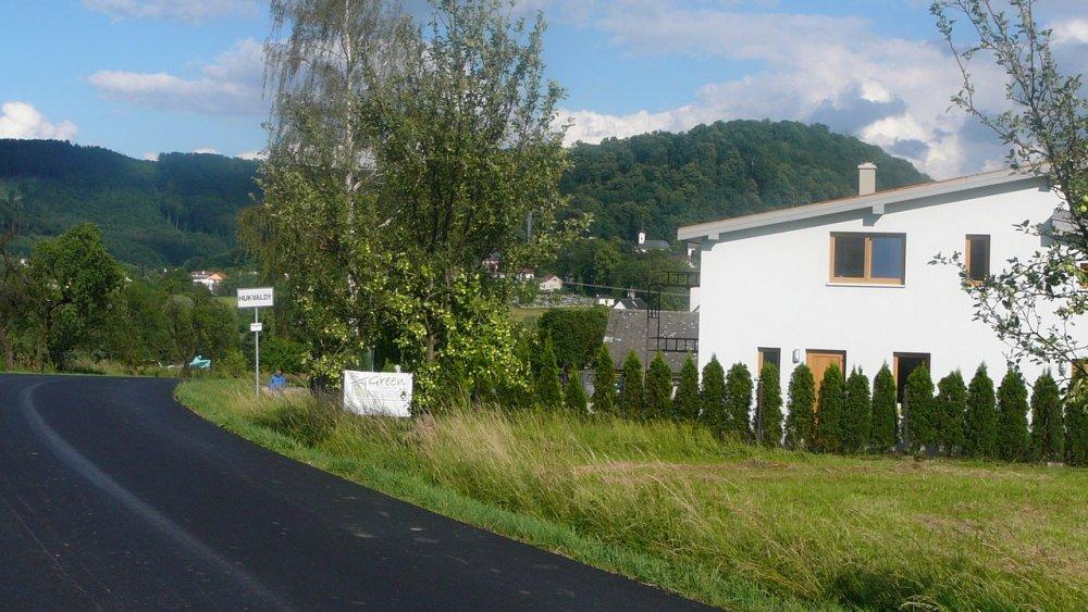 Zbytky střechy jsou vlevo dole od značky začátku obce Hukvaldy. © Ing. Petr Giergiel