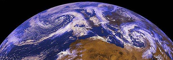 Celková synoptická situace nad Evropou a jejím okolím 19. dubna 2000 ve 12 UTC z pohledu meteorologické geostacionární družice Meteosat 7 (z archivu družicového oddělení ČHMÚ, © Martin Setvák, ČHMÚ).