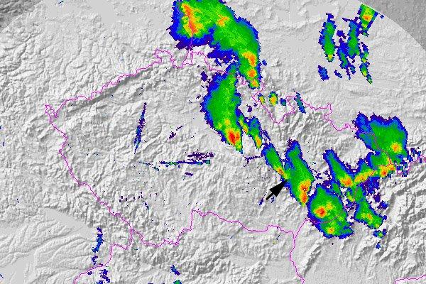 Situace nad Českou republikou v 15:30 UTC (tedy přibližně v době, kdy tornádo zasáhlo Studnici) z pohledu meteorologických radarů. Přibližná poloha tornáda je vyznačena šipkou. Pro animaci radarových snímků (1,27 MB) od 13:00 UTC do 19:00 UTC si klikněte  zde  (všechny radarové snímky z archivu radarového oddělení ČHMÚ, © Petr Novák, ČHMÚ).